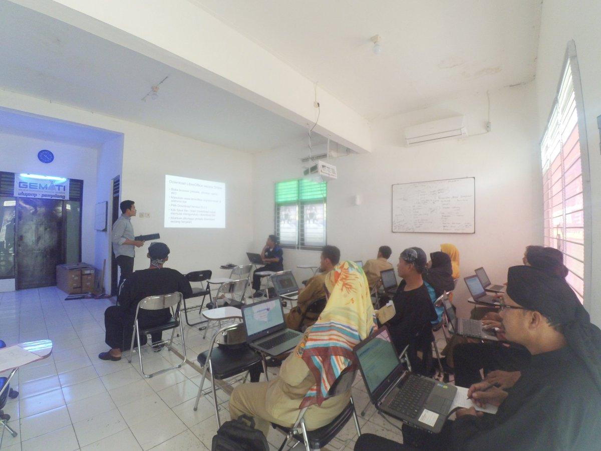 Pelatihan Komputer Dasar Bagi Perangkat Aparatur Desa